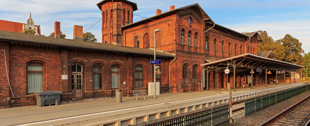 Bahnhof in Forst (Lausitz) - Quelle: Von A.Savin (Wikimedia Commons · WikiPhotoSpace) - Eigenes Werk, FAL, https://commons.wikimedia.org/w/index.php?curid=54520607
